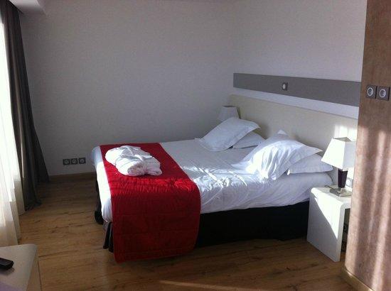 Hôtel Montaigne & Spa : Grand lit confortable