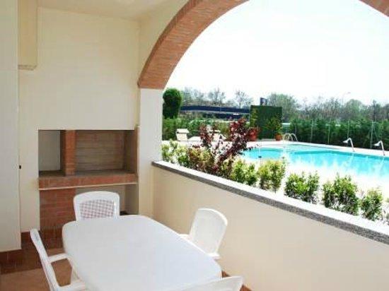 Terrazzo con camino per barbecue - Picture of Cleo Residence, Lido ...