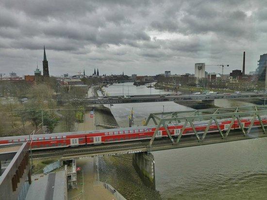 Steigenberger Hotel Bremen: Stadtblick und Eisenbahnbrücke