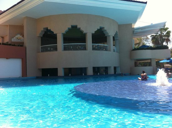 Azul Ixtapa Beach Resort & Convention Center: Swim-up bar