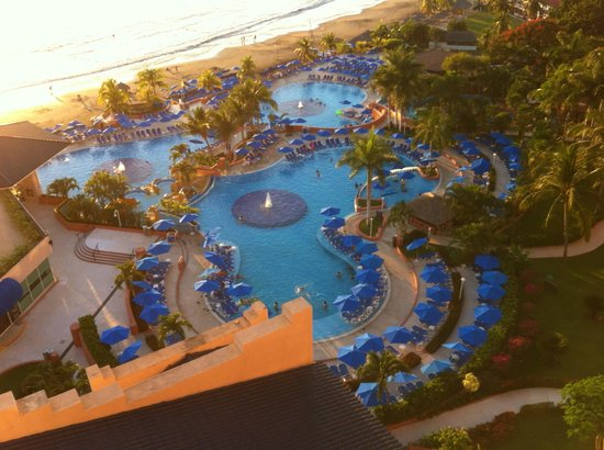 Azul Ixtapa Beach Resort & Convention Center: Pool area