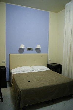 Hotel Brasile: Кровать в номере