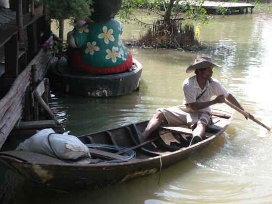 """Ayothaya Floating Market & Elephant Village : one of two sellers in """"ayutthaya floating market"""""""