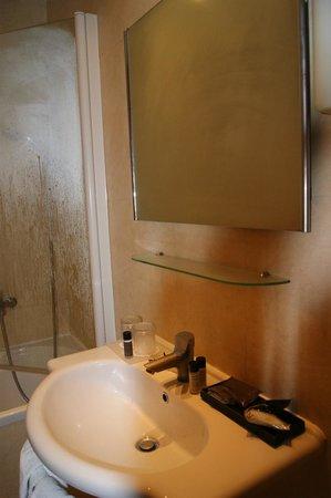 Hotel Club House Roma: Раковина. Мыла-шампуни менялись каждый день