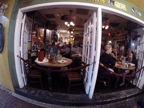 Le Bouchon du Grove : the view from the outside into the rest.