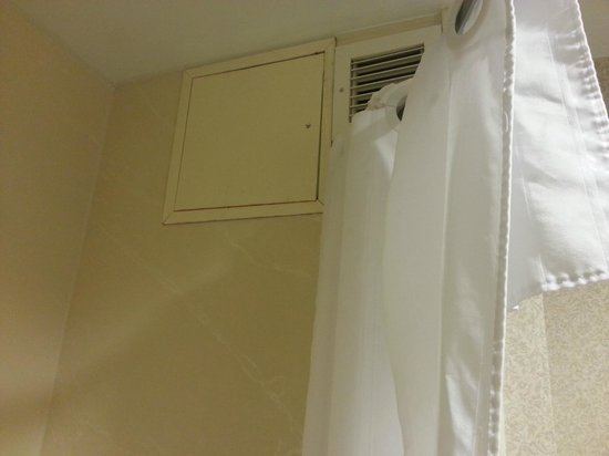 Homewood Suites by Hilton Columbus Airport: Old, rusty clunky bathroom without ventilation.