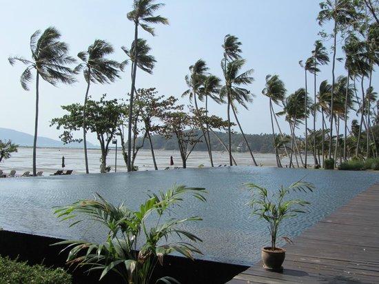 The Vijitt Resort Phuket : piscine à débordement avec vue sur la mer à marée haute