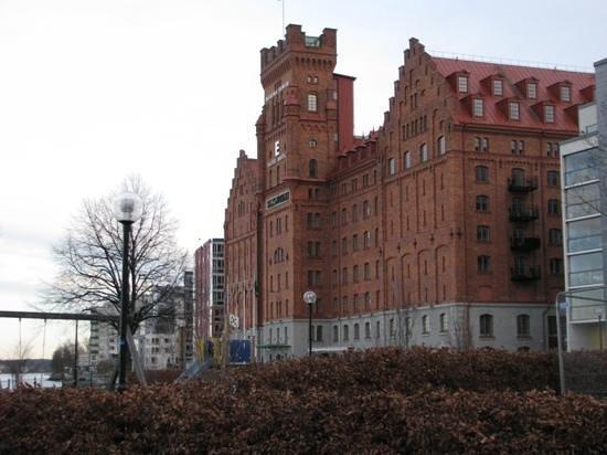 Elite Hotel Marina Tower : statig gebouw aan het water