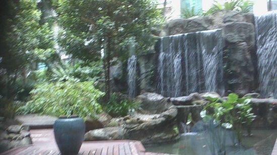 InterContinental Kuala Lumpur: Jardin, comedor,