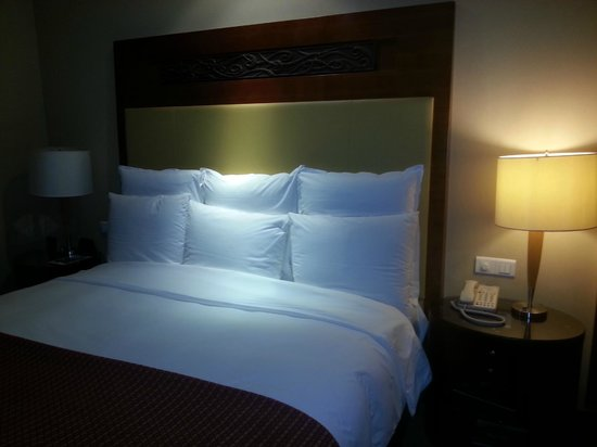 Renaissance Wuhan Hotel: bed