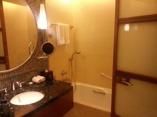 Renaissance Wuhan Hotel: bath room