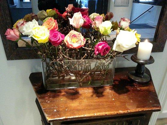 Hotel Kong Arthur: Beautiful roses in the lobby