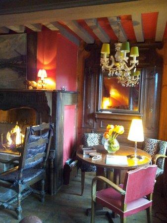La salon, feu de cheminée - Photo de La Maison de Honfleur ...