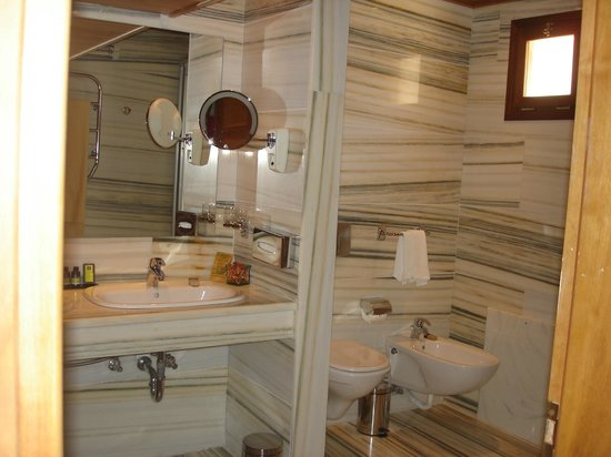 Elounda Mare Relais & Chateaux hotel: Bautifully decorated bathroom at Villa 2028 at Elounda Mare