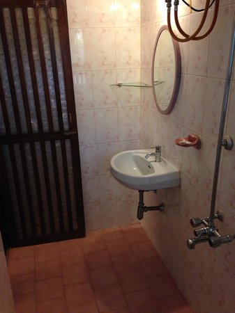 Afonso Guest House: Roomy bathroom, very clean, great water pressure with hot water