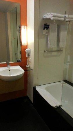 Novotel Bandung: Bathroom. small but nice