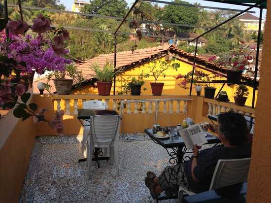 Afonso Guest House : One side of the rooftop terrace at breakfast time
