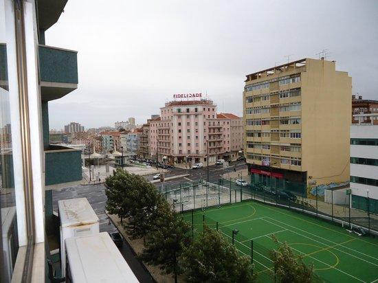 Hotel Roma: fundo do hotel de frente ao campo e a estação de metro