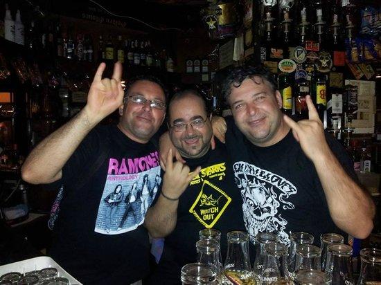 Golden Gloves Hard Rock Pub: Guest DJ with fans