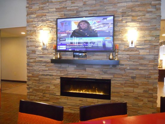 Homewood Suites by Hilton DuBois : Relaxation/Dining Area with Fireplace and TV