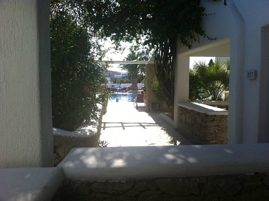 Andronikos Hotel Mykonos: The view from the terrace, standing up. Not impressed by this so called pool view that was extra