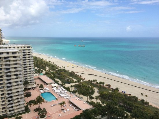 The St. Regis Bal Harbour Resort : View from northside guestroom