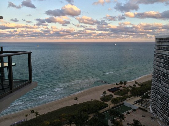 The St. Regis Bal Harbour Resort : View from southside guestroom