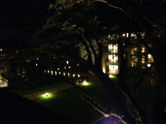 Le Meridien Chiang Rai Resort: garden view at night