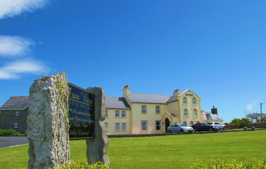 Aran View Country House: View of the Hotel from the Coast Road