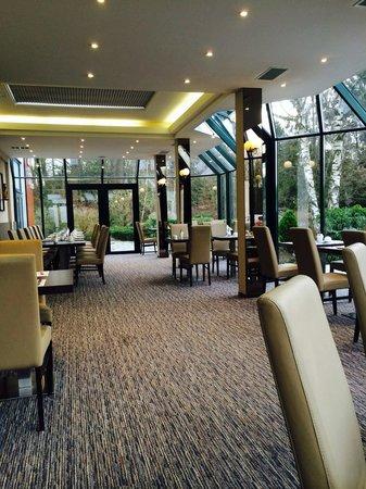 Hotel & Aparthotel Casteau Resort Mons : Nice breakfast area