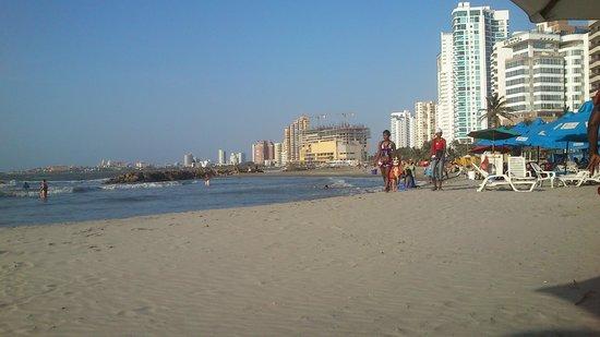 Hotel Capilla del Mar : Vista hacia la ciudad amurallada desde la playa frente al hotel