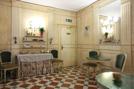 Via pescherie vecchie foto di albergo delle drapperie for Albergo orologio bologna