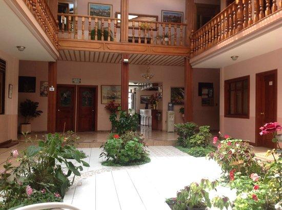 Hostal Pichincha Internacional : patio coperto sul quale si affacciano le stanze