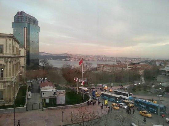 Grand Hyatt Istanbul: Вид из окна на Босфор и башню отеля Риц Карлтон