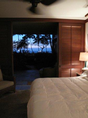 Four Seasons Resort Hualalai: Lanai doors open in the evening