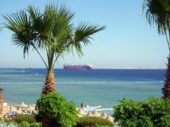 Melia Sharm Resort & Spa: przepływający tankowiec