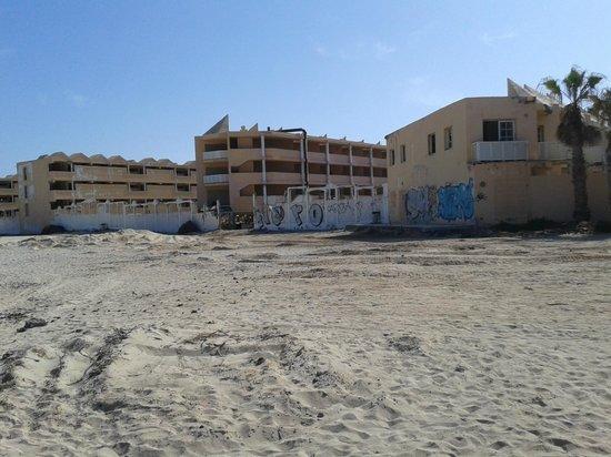 Gran Hotel Atlantis Bahia Real: Building next door!