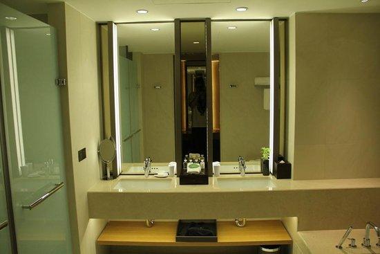 Millennium Hotel Taichung: 市政套房雙洗手檯配置