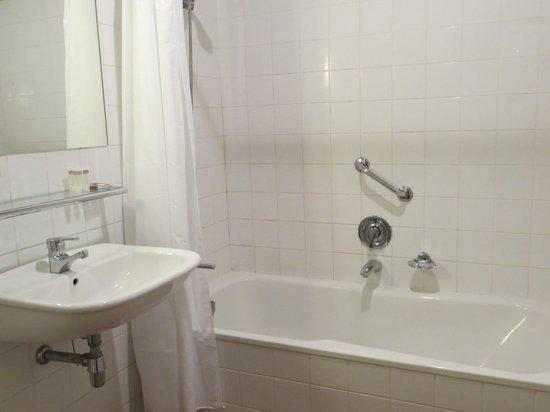 Hotel Orlando: Spacious, clean bathroom