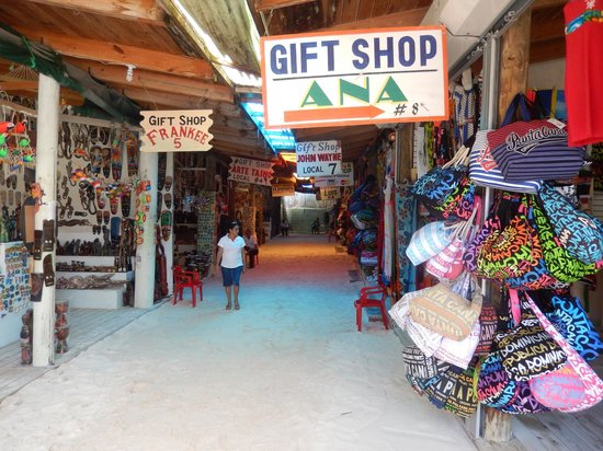mercatino ... shopping a buon mercato - Picture of Barcelo Bavaro ... 6c01abd967f4