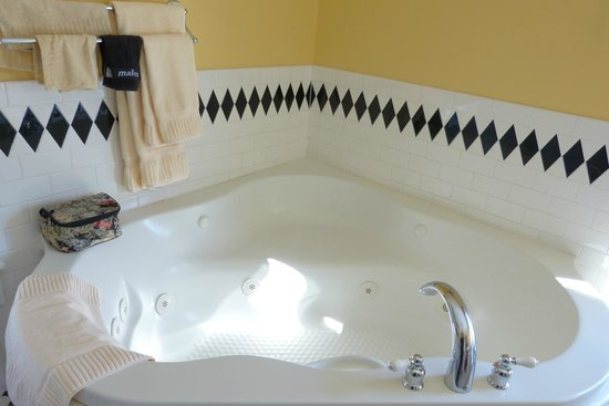 Woodstock Inn, Station & Brewery: Two person jacuzzi tub