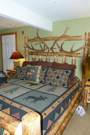 Woodstock Inn, Station & Brewery: King bed in the Tamarack Room