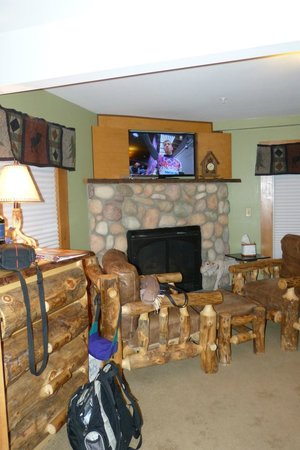 Woodstock Inn, Station & Brewery: Fireplace & flat screen TV with dvd player