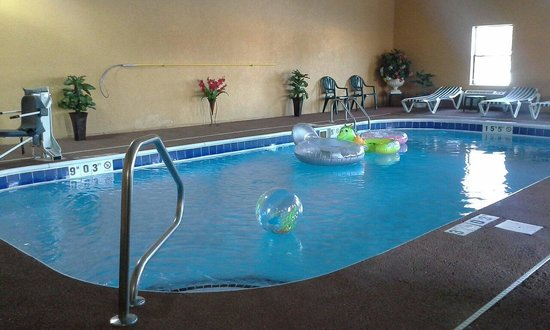 Comfort Inn & Suites Eastgate: Pool with toys