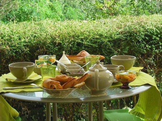 Chateau Du Vergnet : Terrasse petits déjeuners