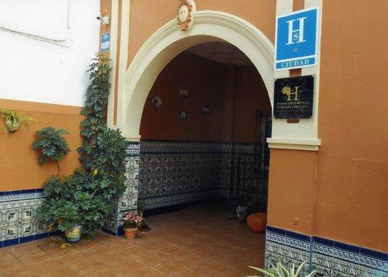 Hostal San Vicente II: front entrance