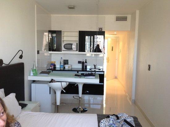 Cyan Recoleta Suites : Vista do quarto, compramos o vinho e o queijo no mercadinho próximo