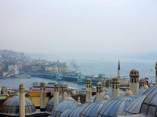 Süleymaniye-Moschee: Из внутреннего дворика мечети открывается красивый вид на Галатский мост