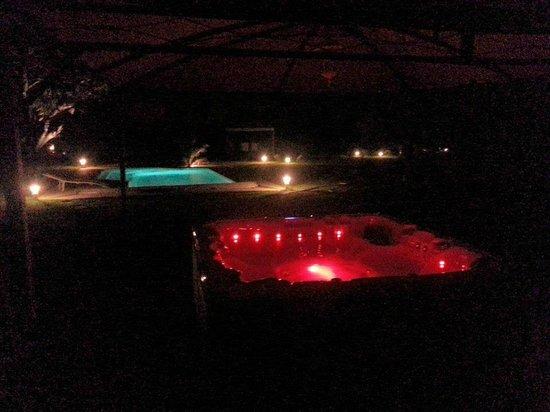 Chateau Du Vergnet : SPA et piscine la nuit