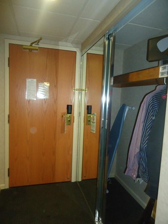 Banff Park Lodge Resort and Conference Centre: King room with a nice big closet and safe